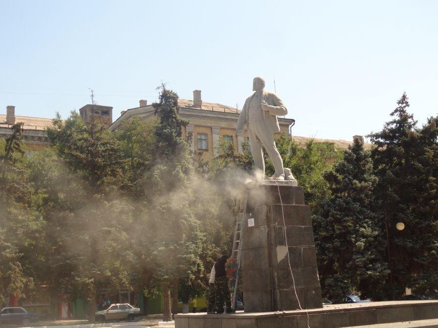 В Мариуполе на площади Победы Ленин не покорился коммунальщикам (ФОТО), фото-6