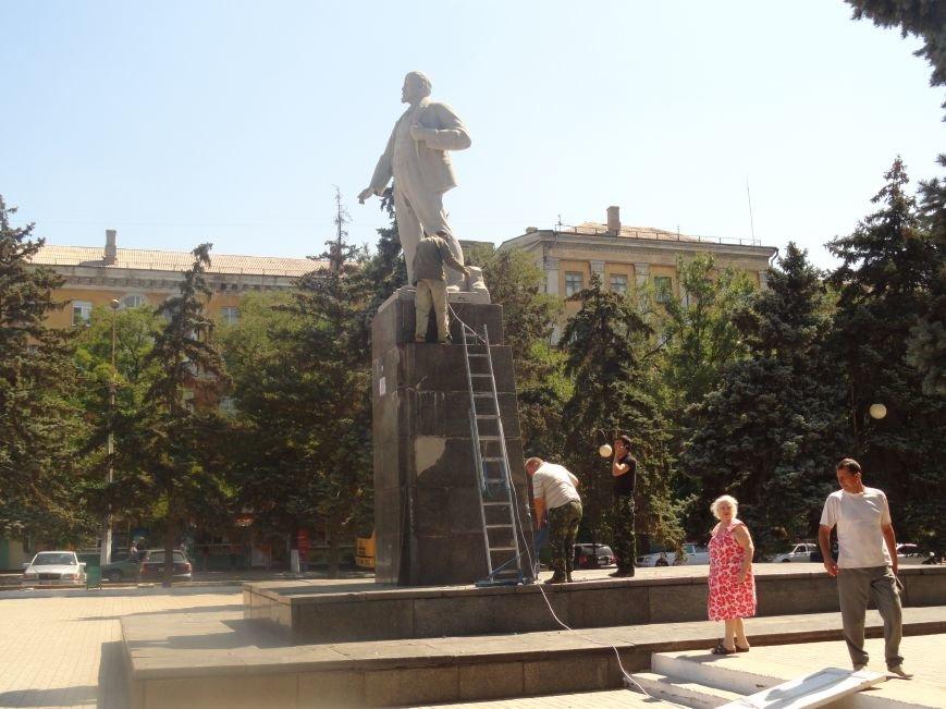 В Мариуполе на площади Победы Ленин не покорился коммунальщикам (ФОТО), фото-7