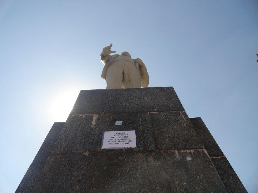 В Мариуполе на площади Победы Ленин не покорился коммунальщикам (ФОТО), фото-3