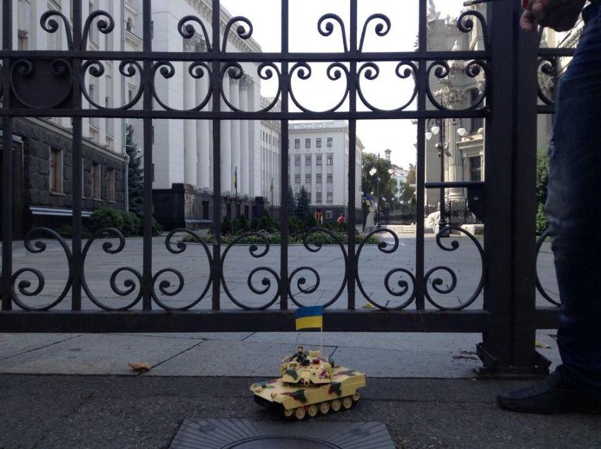 В Киеве активисты предложили Президенту поиграть в игрушечных солдатиков (ФОТО), фото-4