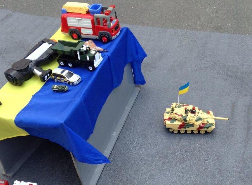 В Киеве активисты предложили Президенту поиграть в игрушечных солдатиков (ФОТО), фото-7
