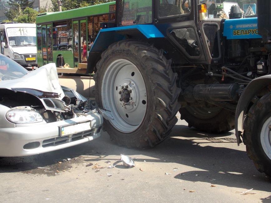 В Кировограде сильно столкнулись трактор и автомобиль (фото), фото-1