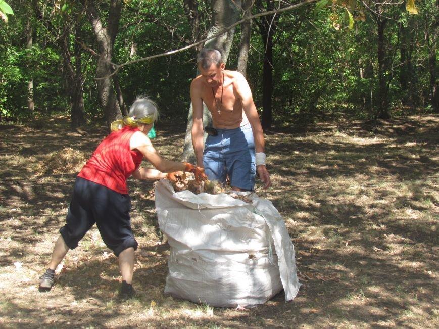 В Приморском парке Мариуполя беженцы устроили субботник (ФОТО), фото-15
