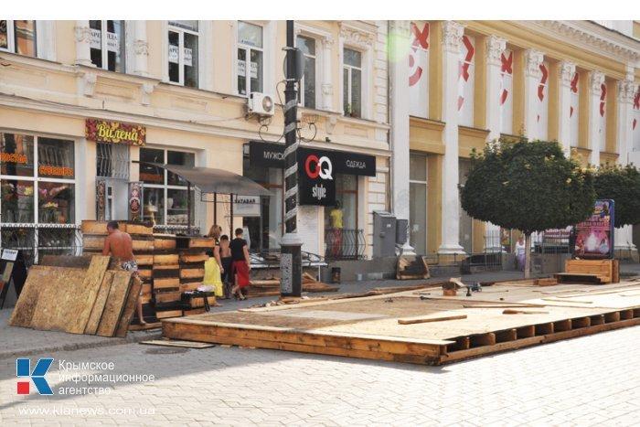 В центре Симферополя вновь возводят недавно снесенное летнее кафе (ФОТО), фото-1