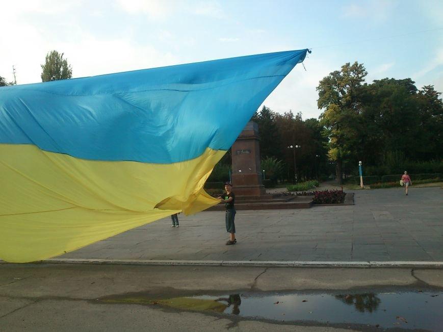 В Днепродзержинске то, что осталось от памятника В.И. Ленину закрыли огромным флагом Украины, фото-1