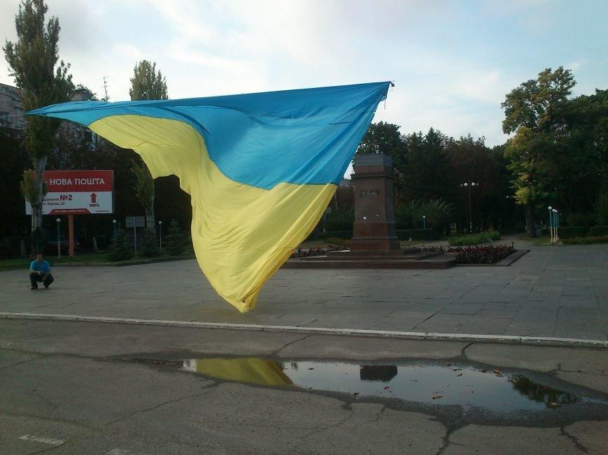 В Днепродзержинске то, что осталось от памятника В.И. Ленину закрыли огромным флагом Украины, фото-3