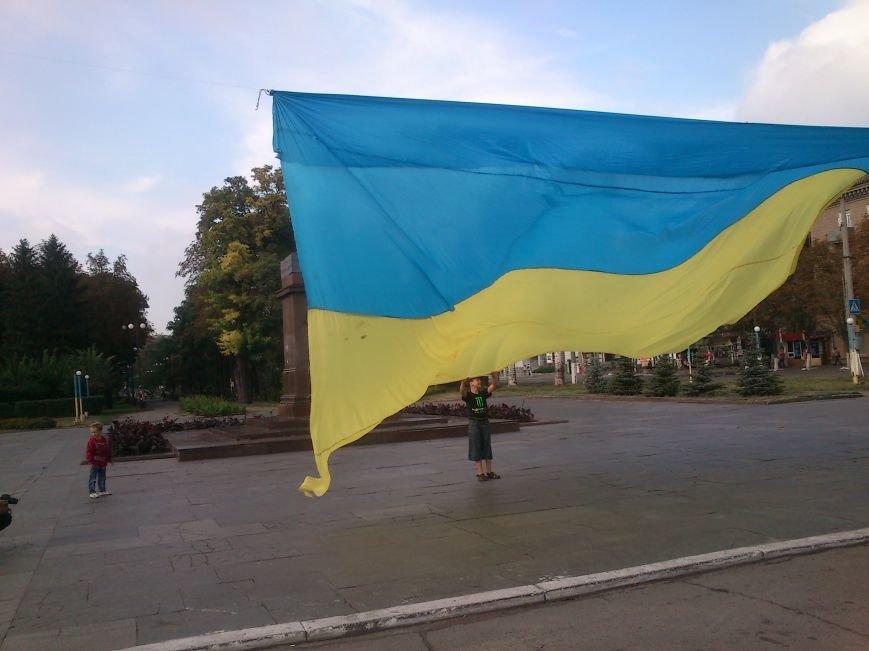 В Днепродзержинске то, что осталось от памятника В.И. Ленину закрыли огромным флагом Украины, фото-2