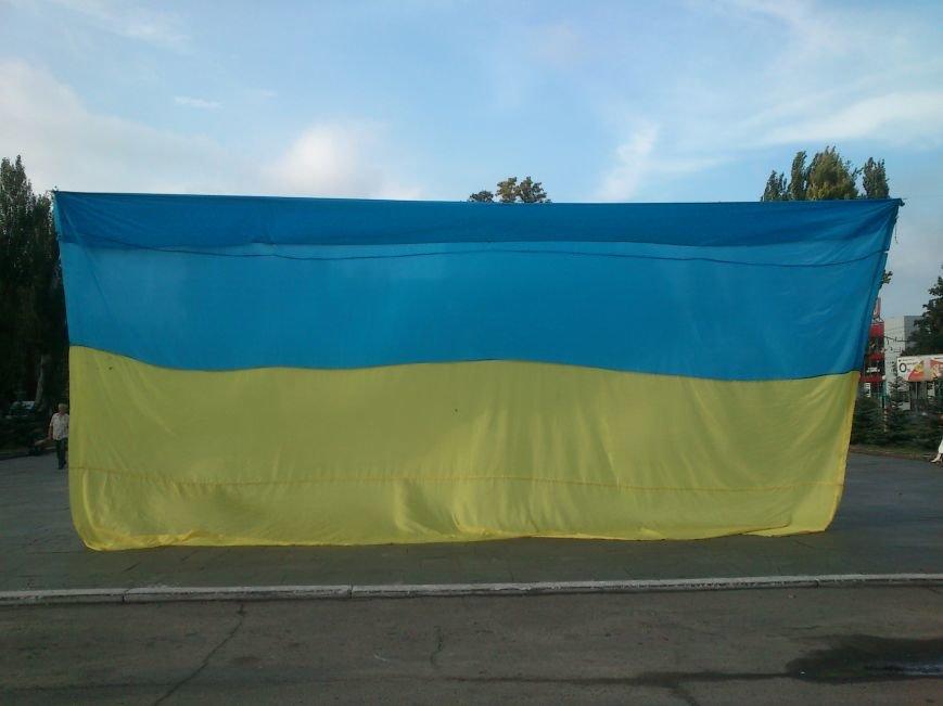 В Днепродзержинске то, что осталось от памятника В.И. Ленину закрыли огромным флагом Украины, фото-4