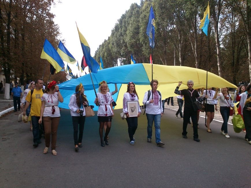 В Днепродзержинске в День Государственного флага состоялся марш вышиванок, фото-2