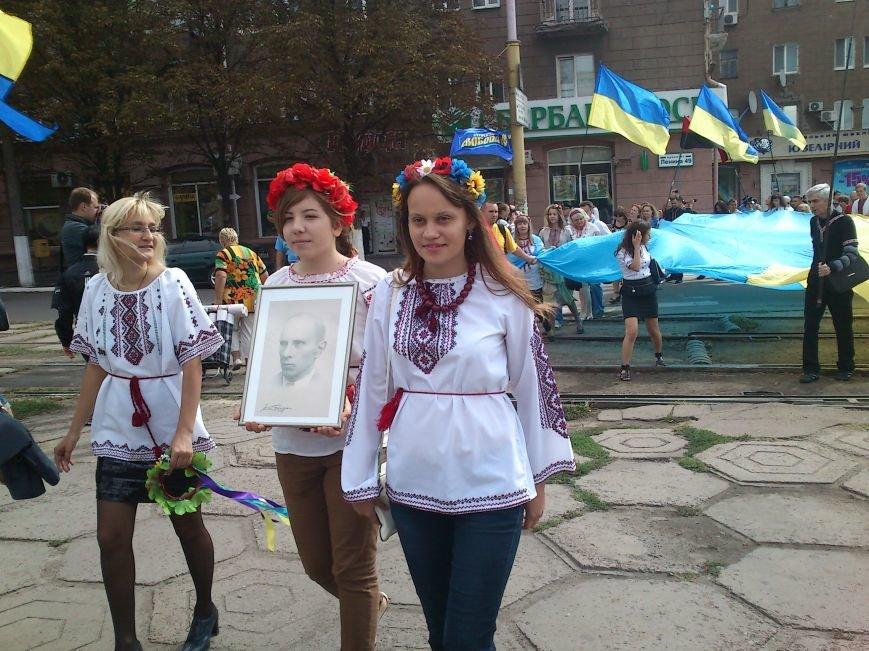 В Днепродзержинске в День Государственного флага состоялся марш вышиванок, фото-6