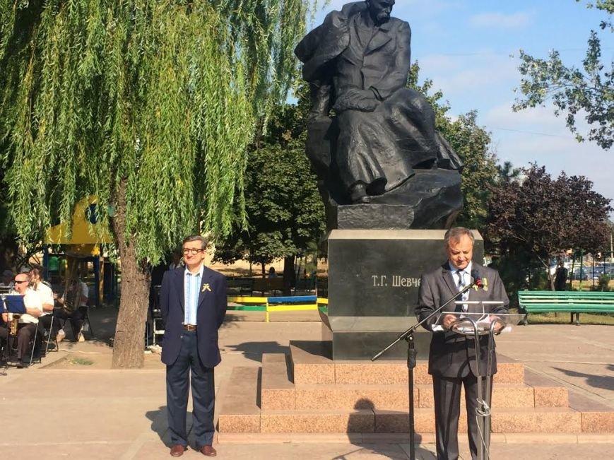 Ко Дню Независимости Украины. В Мариуполе возле Кобзаря активисты выразили недоверие мэру (ФОТО), фото-1