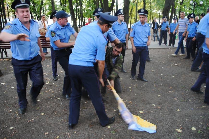 На «Зеркальной струе» произошла потасовка между евромайдановцами и милиционерами из-за российского журналиста, фото-2