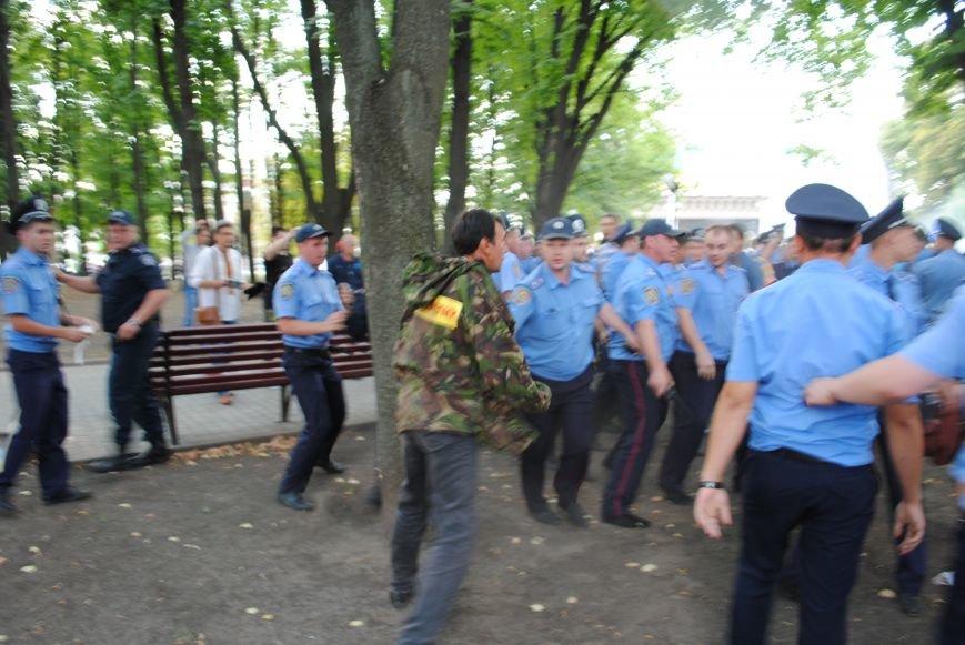 На «Зеркальной струе» произошла потасовка между евромайдановцами и милиционерами из-за российского журналиста, фото-3