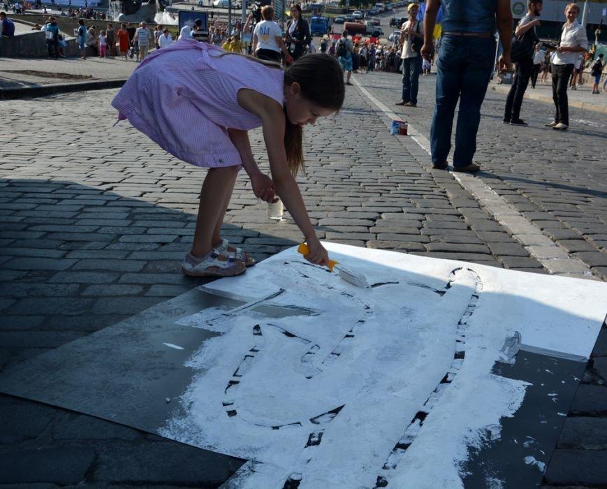 ФОТОФАКТ: На брусчатке Институтской изобразили погибших активистов, фото-4