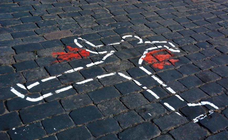 ФОТОФАКТ: На брусчатке Институтской изобразили погибших активистов, фото-2