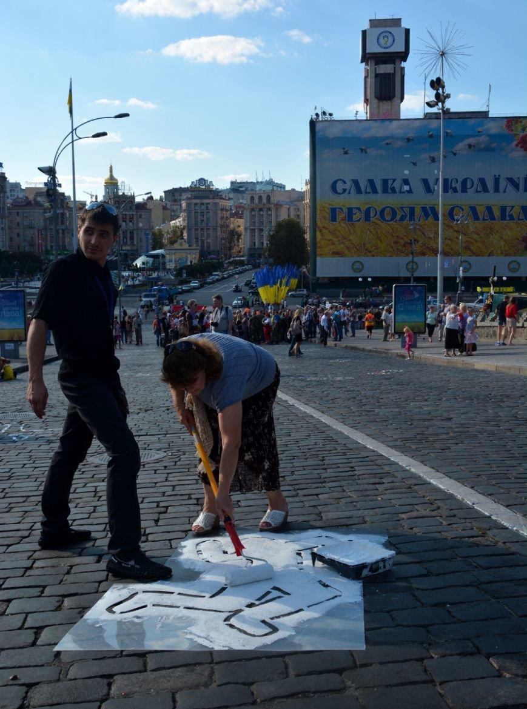 ФОТОФАКТ: На брусчатке Институтской изобразили погибших активистов, фото-1