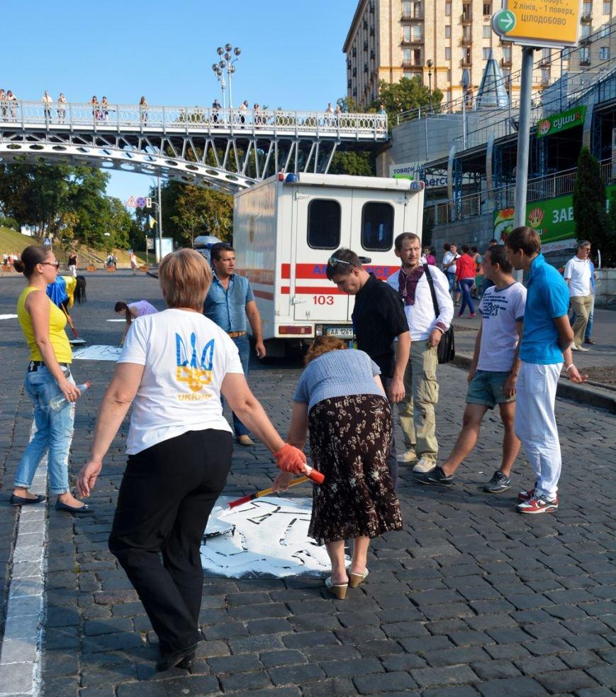 ФОТОФАКТ: На брусчатке Институтской изобразили погибших активистов, фото-3