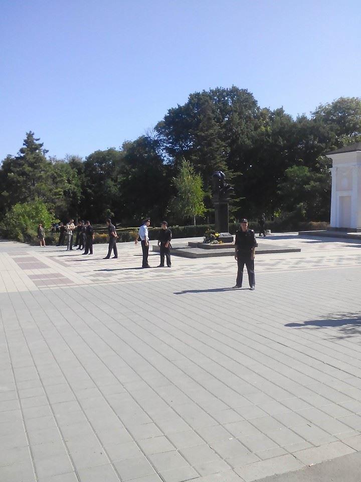 В День независимости Украины в Симферополе искали бомбу у памятника Шевченко (ФОТО, ВИДЕО), фото-1