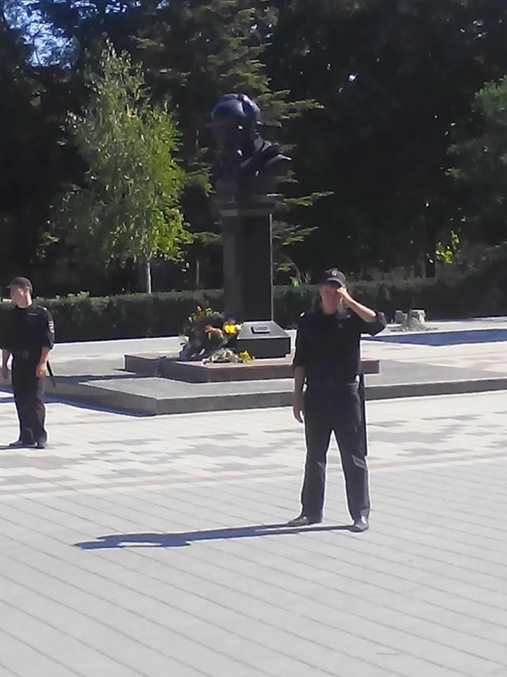 В День независимости Украины в Симферополе искали бомбу у памятника Шевченко (ФОТО, ВИДЕО), фото-2