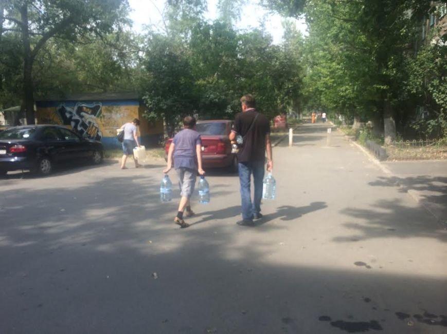 Мариупольцы скупают воду, продукты и выезжают из города, фото-3