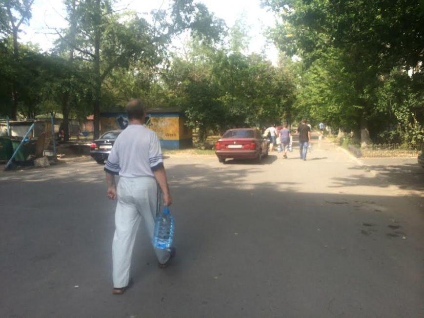 Мариупольцы скупают воду, продукты и выезжают из города, фото-2