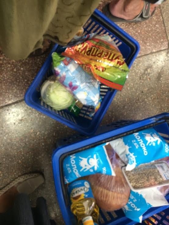Мариупольцы скупают воду, продукты и выезжают из города, фото-4