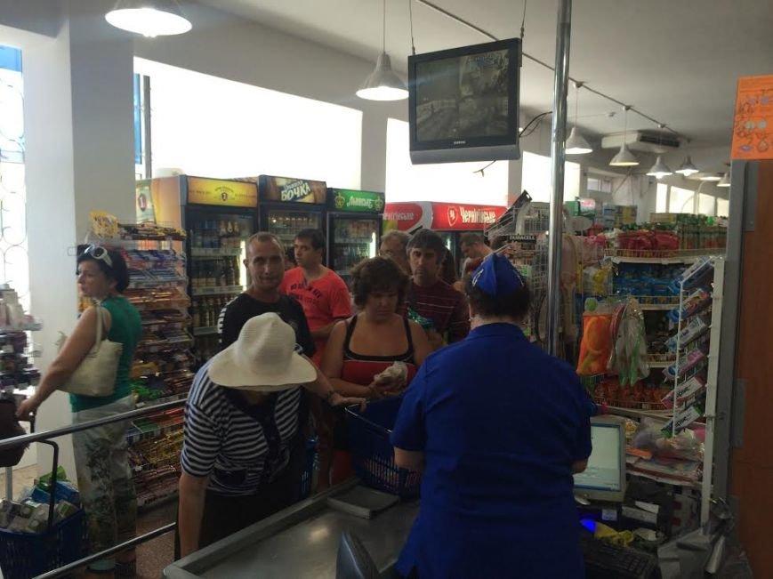 Мариупольцы скупают воду, продукты и выезжают из города, фото-1