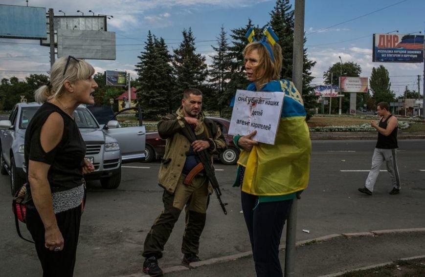 Обыкновенный фашизм - в центре Донецка боевики «ДНР» привязали к столбу женщину с украинским флагом (ФОТО), фото-4