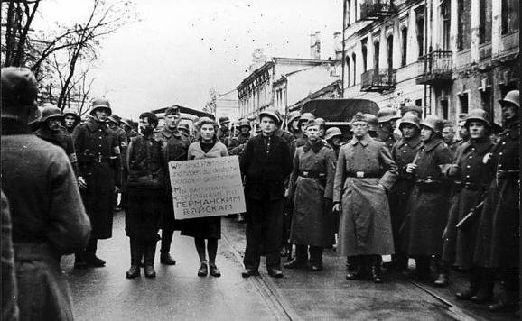 im578x383-Bundesarchiv_Bild_146-1972-026-43,_Minsk,_Widerstandskämpfer_vor_Hinrichtung