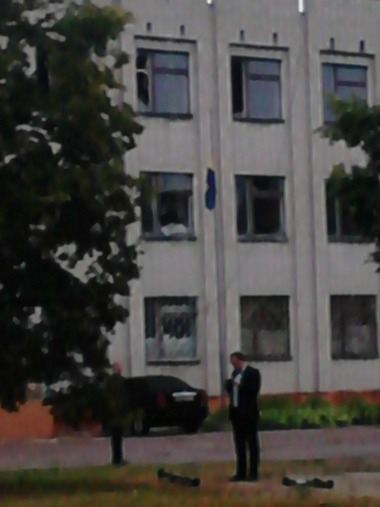 На Сумщине в Шостке обстреляли военкомат и подорвали 2 милицейские машины (ФОТО+ВИДЕО), фото-2