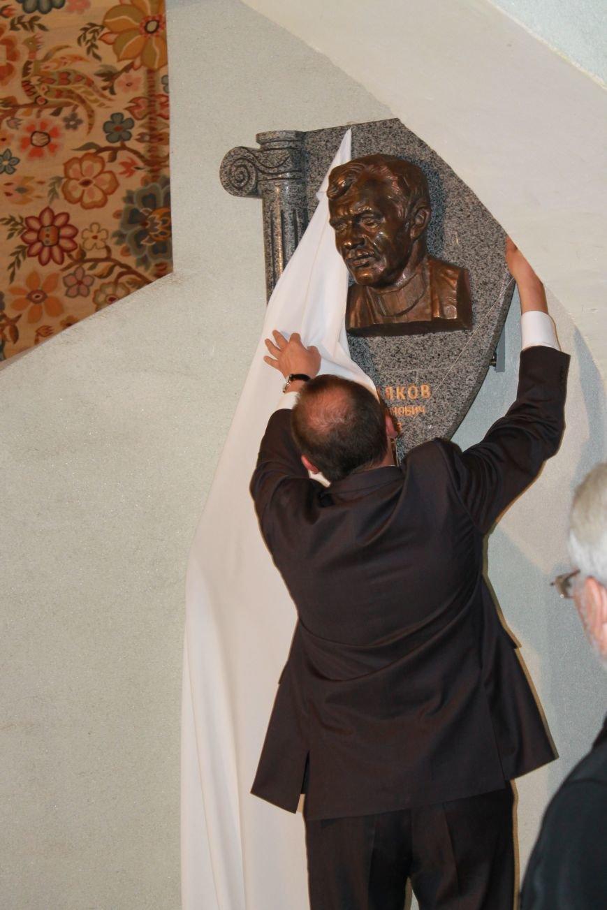 В Сумах  в библиотеке Крупской открыли горельеф бывшему главному архитектору Кобылякову (ФОТО), фото-1