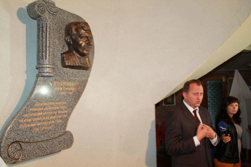 В Сумах  в библиотеке Крупской открыли горельеф бывшему главному архитектору Кобылякову (ФОТО), фото-2