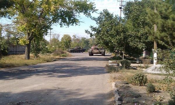 В Новоазовске снаряд  разорвался рядом  с хлебозаводом. В городе видели танки ДНР (Дополнено+ФОТО+ВИДЕО), фото-1