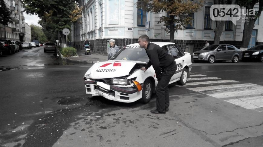 В Сумах  возле прокуратуры столкнулись три автомобиля (ФОТО), фото-1