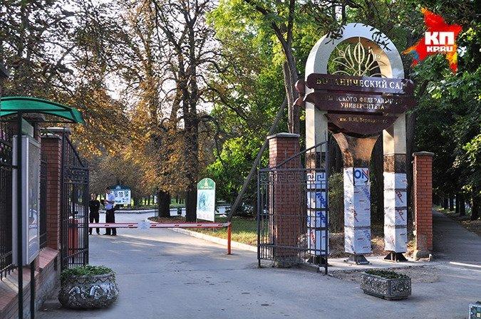 ФОТОФАКТ: В Симферополе у входа в ботанический сад установили стелу, фото-2
