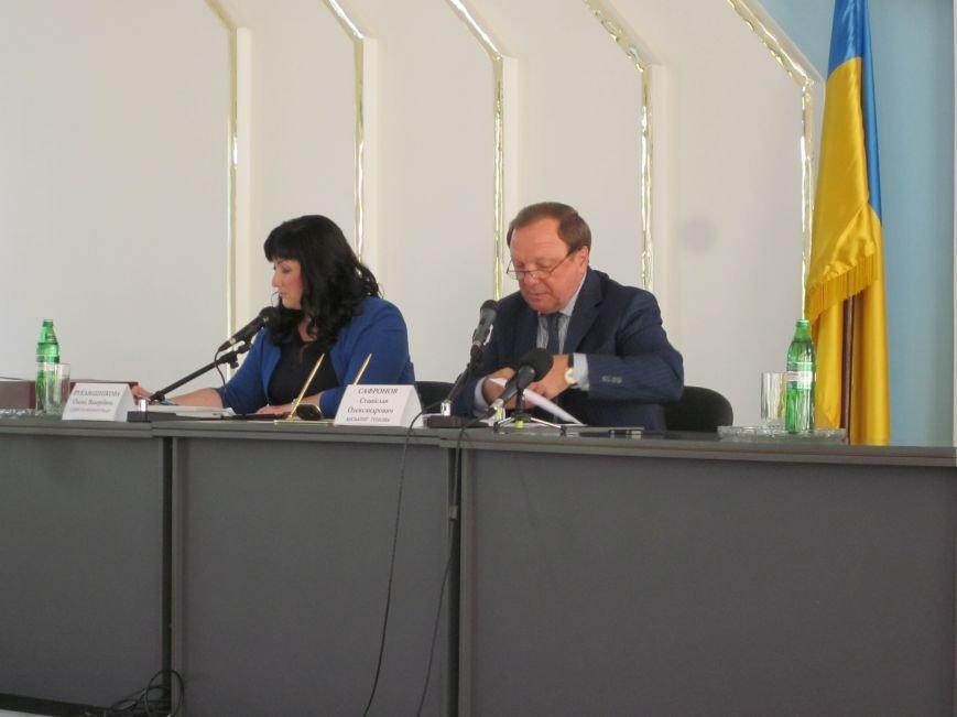 Сессия Днепродзержинского горсовета проходит при «полузакрытых дверях», фото-1