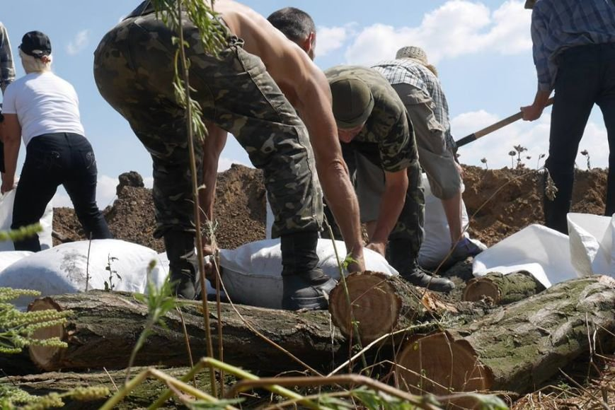 Мариупольцы роют окопы, чтобы в город не вошли российские военные (ФОТО), фото-8