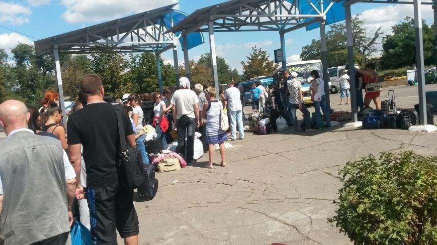 На автовокзале Мариуполя - огромные очереди (ФОТО), фото-2