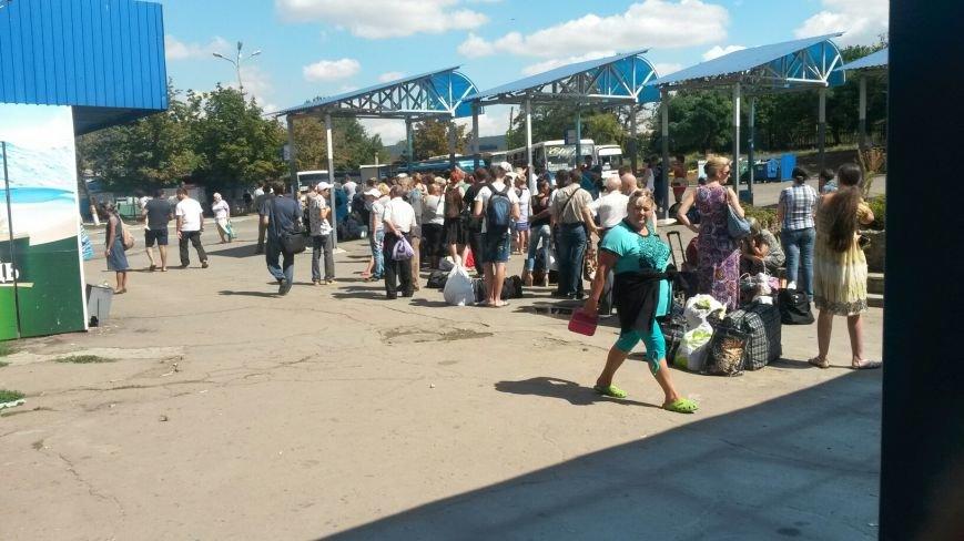 На автовокзале Мариуполя - огромные очереди (ФОТО), фото-1