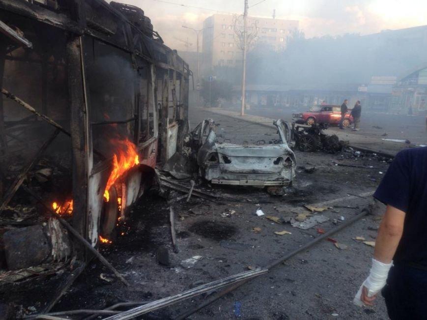 В Донецке в результате обстрела загорелся железнодорожный  вокзал и магазины на Привокзальной площади (ФОТО, ВИДЕО), фото-5