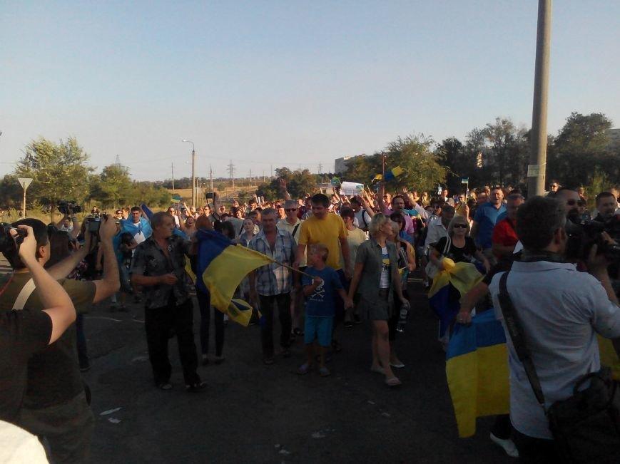В Мариуполе более тысячи человек выстроились в «живую цепь» на блок-посту со стороны Новоазовска (ДОПОЛНЕНО+ФОТО), фото-15