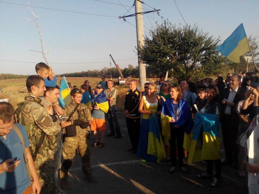 В Мариуполе более тысячи человек выстроились в «живую цепь» на блок-посту со стороны Новоазовска (ДОПОЛНЕНО+ФОТО), фото-30