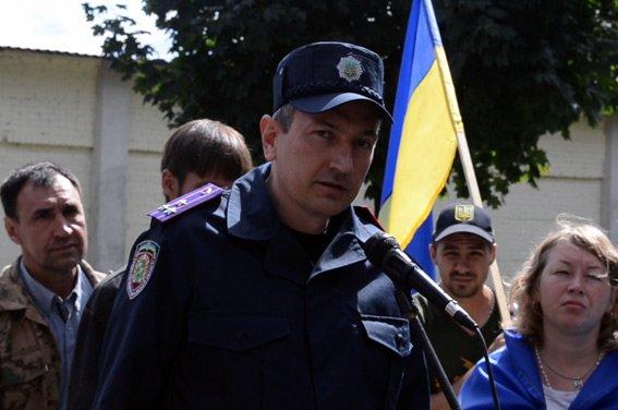 Начальник харьковского милиционера, который назвал украинский флаг тряпкой, пообщался с активистами, фото-1