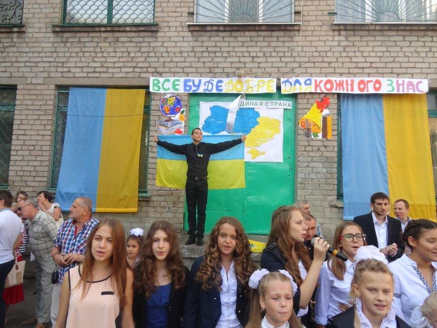 В Мариуполе, несмотря на тревожную обстановку, в школах прозвучал первый звонок (ФОТО), фото-6
