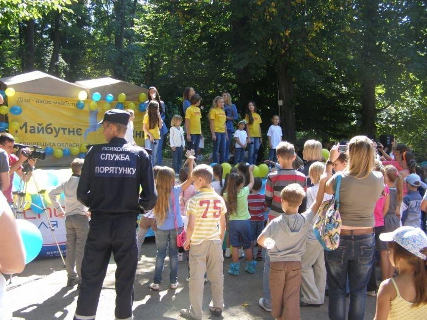 Чернівецькі рятувальники та волонтери закупили шкільне приладдя дітям переселенців, фото-1