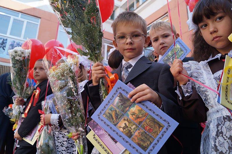 День знаний в Белгороде: В 45-ю школу пришли учиться 147 первоклассников и появился класс с буквой «Е» (фото) - фото 7