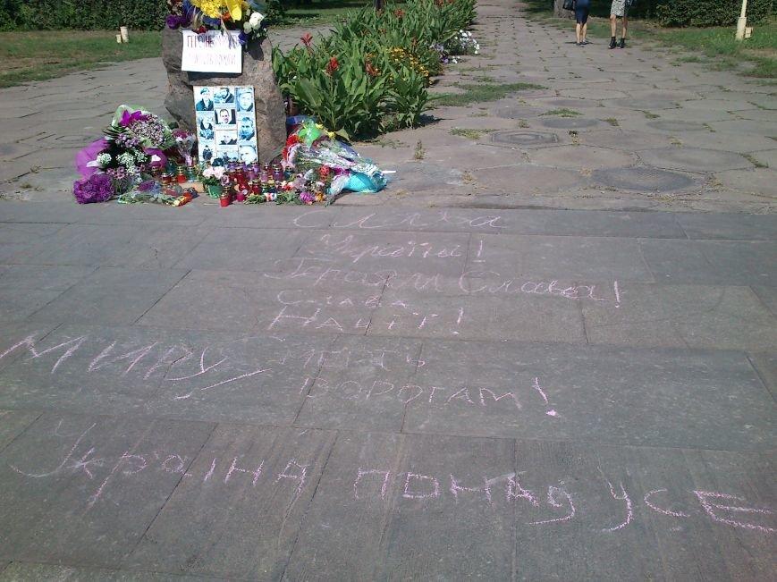 В Днепродзержинске школьники возложили цветы к памятному знаку по погибшим воинам, фото-2