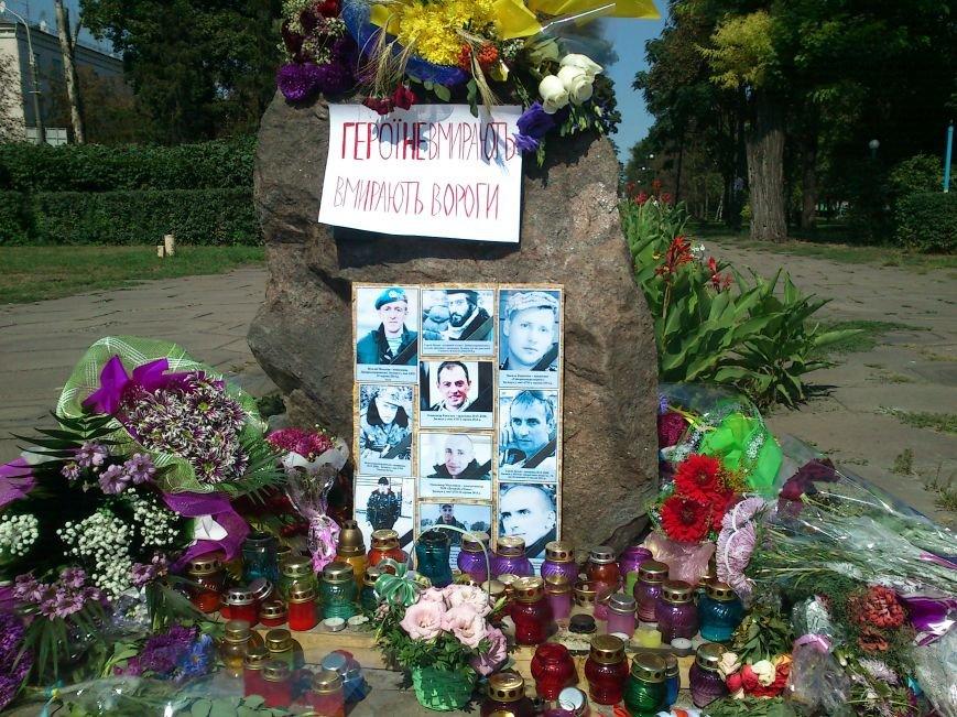 В Днепродзержинске школьники возложили цветы к памятному знаку по погибшим воинам, фото-1