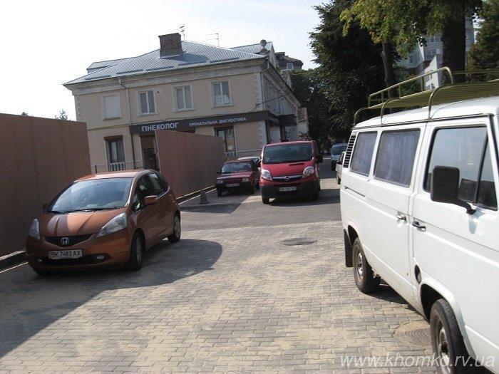 Рівненські водії ігнорують безкоштовну стоянку і паркуються на тротуарі у три ряди, фото-2