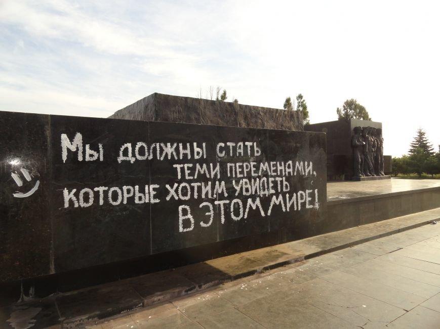 В Мариуполе на постаменте Ленина появилось символическое изречение (ФОТОФАКТ), фото-2